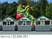 Торговые палатки на фоне надувного трехголового Змея Горыныча в Лианозовском парке в Москве (2016 год). Редакционное фото, фотограф lana1501 / Фотобанк Лори
