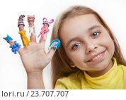Купить «Счастливая девочка с нарисованными человечками на пальцах в пластилиновых шапочках и вязаных шарфиках», фото № 23707707, снято 5 октября 2016 г. (c) Элина Гаревская / Фотобанк Лори