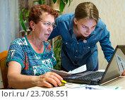 Купить «Пожилая женщина учится пользоваться компьютером», фото № 23708551, снято 19 июня 2016 г. (c) Вячеслав Палес / Фотобанк Лори