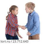 Временное перемирие - дети жмут друг другу руку, изолированный белый фон. Стоковое фото, фотограф Кекяляйнен Андрей / Фотобанк Лори