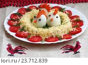 Купить «Смешные цыплята из яиц в гнезде - праздничный сырный салат на новогодний стол», фото № 23712839, снято 6 октября 2016 г. (c) Natalya Sidorova / Фотобанк Лори