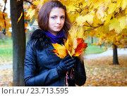 Девушка на прогулке в осеннем парке. Стоковое фото, фотограф Елена Антипина / Фотобанк Лори