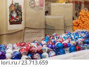 Рождественские елочные шары и подарочные коробки (2015 год). Редакционное фото, фотограф Светлана Булычева / Фотобанк Лори