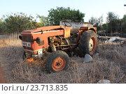 Старый трактор (2016 год). Редакционное фото, фотограф Джакобия Екатерина / Фотобанк Лори