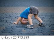 Мальчик стоит на голове (2016 год). Редакционное фото, фотограф Елена Ганненко / Фотобанк Лори