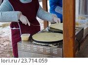Приготовление блинов на празднике Широкой Масленицы, Коломенское, Москва (2016 год). Стоковое фото, фотограф Елена Коромыслова / Фотобанк Лори