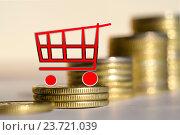 Купить «Торговая тележка на фоне денег », фото № 23721039, снято 12 февраля 2016 г. (c) Сергеев Валерий / Фотобанк Лори