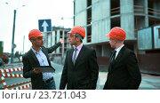 Три архитектора обсуждают недавно построенное здание. Стоковое видео, видеограф Алексей Собченко / Фотобанк Лори
