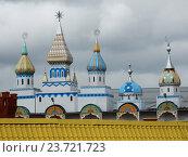 Купить «Разнообразные башенки на территории вернисажа. Измайловский кремль. Москва», эксклюзивное фото № 23721723, снято 23 сентября 2016 г. (c) lana1501 / Фотобанк Лори