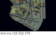 Купить «Стодолларовые купюры падают вниз на черном фоне», видеоролик № 23722175, снято 28 сентября 2016 г. (c) Pavel Biryukov / Фотобанк Лори