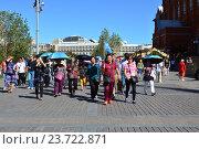 Купить «Туристическая группа на Манежной площади в Москве», эксклюзивное фото № 23722871, снято 28 августа 2016 г. (c) lana1501 / Фотобанк Лори