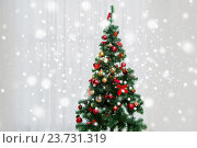 Купить «christmas tree in living room over window curtain», фото № 23731319, снято 8 октября 2015 г. (c) Syda Productions / Фотобанк Лори