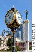 Уличные часы на фоне статуи Медеи на площади Европы в городе Батуми, Грузия (2016 год). Редакционное фото, фотограф Артём Крылов / Фотобанк Лори