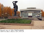 Купить «Памятник И.А. Куратову у театра оперы и балета, город Сыктывкар», эксклюзивное фото № 23737815, снято 6 октября 2016 г. (c) Алексей Гусев / Фотобанк Лори