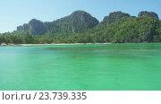 Красивый пляж с белым песком на острове Пхи-Пхи. Стоковое видео, видеограф Михаил Коханчиков / Фотобанк Лори