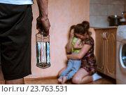 Купить «Женщина защищает ребенка от разгневанного мужа с бутылкой в руке», фото № 23763531, снято 14 марта 2016 г. (c) Pavel Biryukov / Фотобанк Лори
