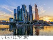"""Купить «Вид на бизнес-центр """"Москва-Сити""""», фото № 23764287, снято 28 июня 2016 г. (c) Юрий Шурчков / Фотобанк Лори"""