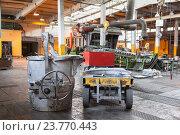Ковш для алюминия и тележка для его перевозки к формовочному агрегату, алюминиевый завод. Стоковое фото, фотограф Кекяляйнен Андрей / Фотобанк Лори