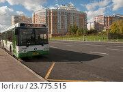 Купить «Городской автобус  подъезжает по выделенной полосе к остановке, Москва», эксклюзивное фото № 23775515, снято 1 октября 2016 г. (c) Svet / Фотобанк Лори