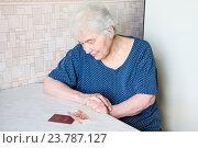 Купить «Единовременная выплата пенсионерам. Пожилая женщина с пенсионным удостоверением и пятью тысячами рублей», фото № 23787127, снято 2 февраля 2011 г. (c) Дудакова / Фотобанк Лори