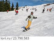 Купить «Девушка на сноуборде спускается с горы по трассе», фото № 23790583, снято 7 января 2011 г. (c) Юлия Бабкина / Фотобанк Лори
