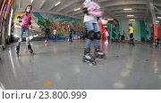Дети катаются на роликовых коньках по кругу на роллердроме в помещении (2016 год). Редакционное видео, видеограф Кекяляйнен Андрей / Фотобанк Лори