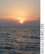 Купить «Морской закат, солнечное гало и розовые облака», фото № 23803255, снято 7 октября 2016 г. (c) DiS / Фотобанк Лори