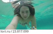 Купить «Девушка плывет под водой с камерой в руке», видеоролик № 23817099, снято 1 октября 2016 г. (c) Дебалюк Александр Владимирович / Фотобанк Лори