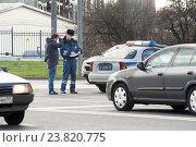 Купить «Оформление мелкого ДТП на оживленном перекрестке», фото № 23820775, снято 29 августа 2013 г. (c) Сайганов Александр / Фотобанк Лори