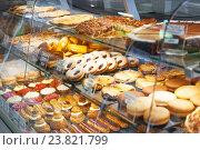 Купить «Витрина с кондитерскими изделиями», фото № 23821799, снято 13 сентября 2016 г. (c) Елена Поминова / Фотобанк Лори