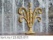 Купить «Декоративные элементы, украшающие фонтан по окружности. Украинский бульвар. Район Дорогомилово. Москва», эксклюзивное фото № 23825011, снято 31 июля 2016 г. (c) lana1501 / Фотобанк Лори