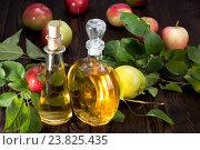 Яблочный уксус в стеклянных бутылках  и яблоки. Стоковое фото, фотограф Леонид Штандель / Фотобанк Лори