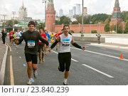 Бегуны, участники Московского Марафона 2016 во время забега в Москве. Редакционное фото, фотограф Tanya  Polevaya / Фотобанк Лори