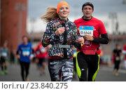 Бегунья и бегун, участники Московского Марафона 2016 во время забега в Москве, Москворецкая набережная. Редакционное фото, фотограф Tanya  Polevaya / Фотобанк Лори