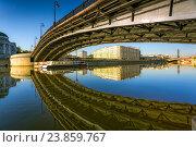 Купить «Отражение Лужкова моста утром в Москве», фото № 23859767, снято 24 мая 2014 г. (c) Соболев Игорь / Фотобанк Лори
