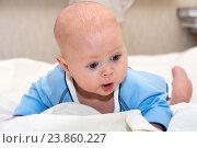Купить «Удивленный малыш лежит на животе», фото № 23860227, снято 24 февраля 2015 г. (c) Андрей Некрасов / Фотобанк Лори