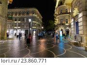 Торговая пешеходная улица Низами с яркой ночной подсветкой в центре Баку. Азербайджан (2016 год). Редакционное фото, фотограф Евгений Ткачёв / Фотобанк Лори