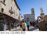 Купить «Туристы на центральной площади Сан-Марино», фото № 23860803, снято 6 ноября 2015 г. (c) Евгений Ткачёв / Фотобанк Лори