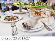 Праздничный стол с холодными закусками, тарелка, столовые приборы и салфетка. Стоковое фото, фотограф Кекяляйнен Андрей / Фотобанк Лори