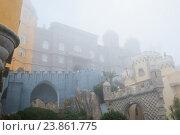 Дворец Пена (Palacio Nacional da Pena) окутанный сильным туманом. Синтра. Португалия (2016 год). Стоковое фото, фотограф E. O. / Фотобанк Лори