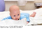 Купить «Малыш лежит на животе», фото № 23873667, снято 24 февраля 2015 г. (c) Андрей Некрасов / Фотобанк Лори