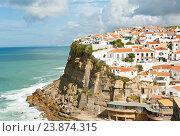 Вид на город Azenhas do Mar солнечным днем. Португалия (2016 год). Стоковое фото, фотограф E. O. / Фотобанк Лори