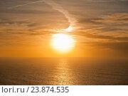 Вид с Мыса Рока (Cabo da Roca) на Атлантический океан. Яркий закат. Португалия (2016 год). Стоковое фото, фотограф E. O. / Фотобанк Лори