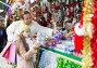 shopping at the Christmas market, фото № 23886683, снято 21 октября 2016 г. (c) Яков Филимонов / Фотобанк Лори