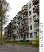 Купить «Подготовленная под снос хрущевка. (Пятиэтажный пятиподъездный панельный жилой дом серии II-32, построен в 1962 году). Улица Константина Федина, 17. Район Северное Измайлово. Москва», эксклюзивное фото № 23887339, снято 9 октября 2016 г. (c) lana1501 / Фотобанк Лори