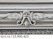 Купить «Маскарон на фасаде одного из домов в Москве», эксклюзивное фото № 23900423, снято 21 марта 2016 г. (c) Илюхина Наталья / Фотобанк Лори