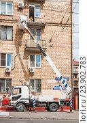 Купить «Капитальный ремонт балкона с использованием автовышки MITSUBISHI FUSO - 4855», эксклюзивное фото № 23902783, снято 3 июля 2015 г. (c) Алёшина Оксана / Фотобанк Лори