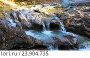 Река протекает по скалам в горах осенью. Стоковое видео, видеограф Сергей Семенович Мальков / Фотобанк Лори