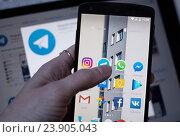 Купить «Приложения на смартфоне», фото № 23905043, снято 23 октября 2016 г. (c) Богданов Степан / Фотобанк Лори