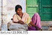 Купить «Молодая индийская женщина на улице. Пушкар, Индия», фото № 23906775, снято 21 ноября 2012 г. (c) photoff / Фотобанк Лори